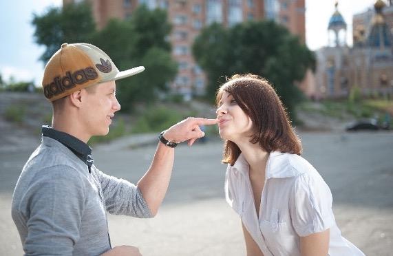 年上女性をからかう年下男子の男性心理とは?口説くサイン?